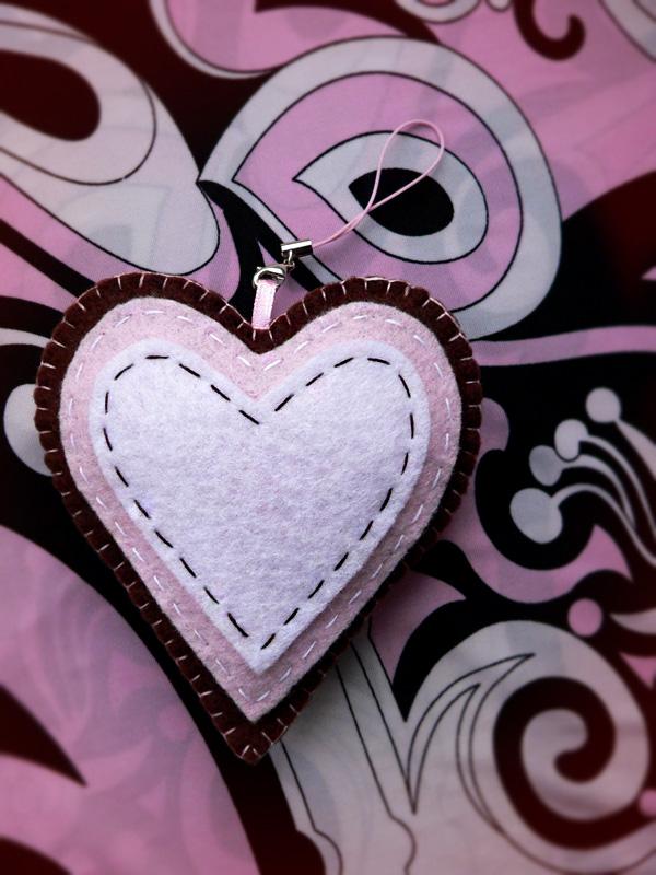 подвеска сердце-пряник из фетра